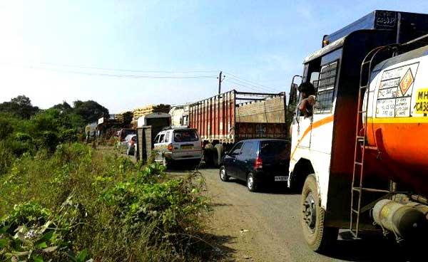 गणेशभक्त खोळंबले; महाडजवळ एसटी बस जळून खाक, प्रवासी सुखरूप, मुंबई-गोवा महामार्गावर वाहतूक कोंडी