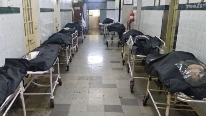धक्कादायक, केईएम रुग्णालयातील शवागृह भरल्याने कॉरीडोरमध्ये ठेवलेत मृतदेह!